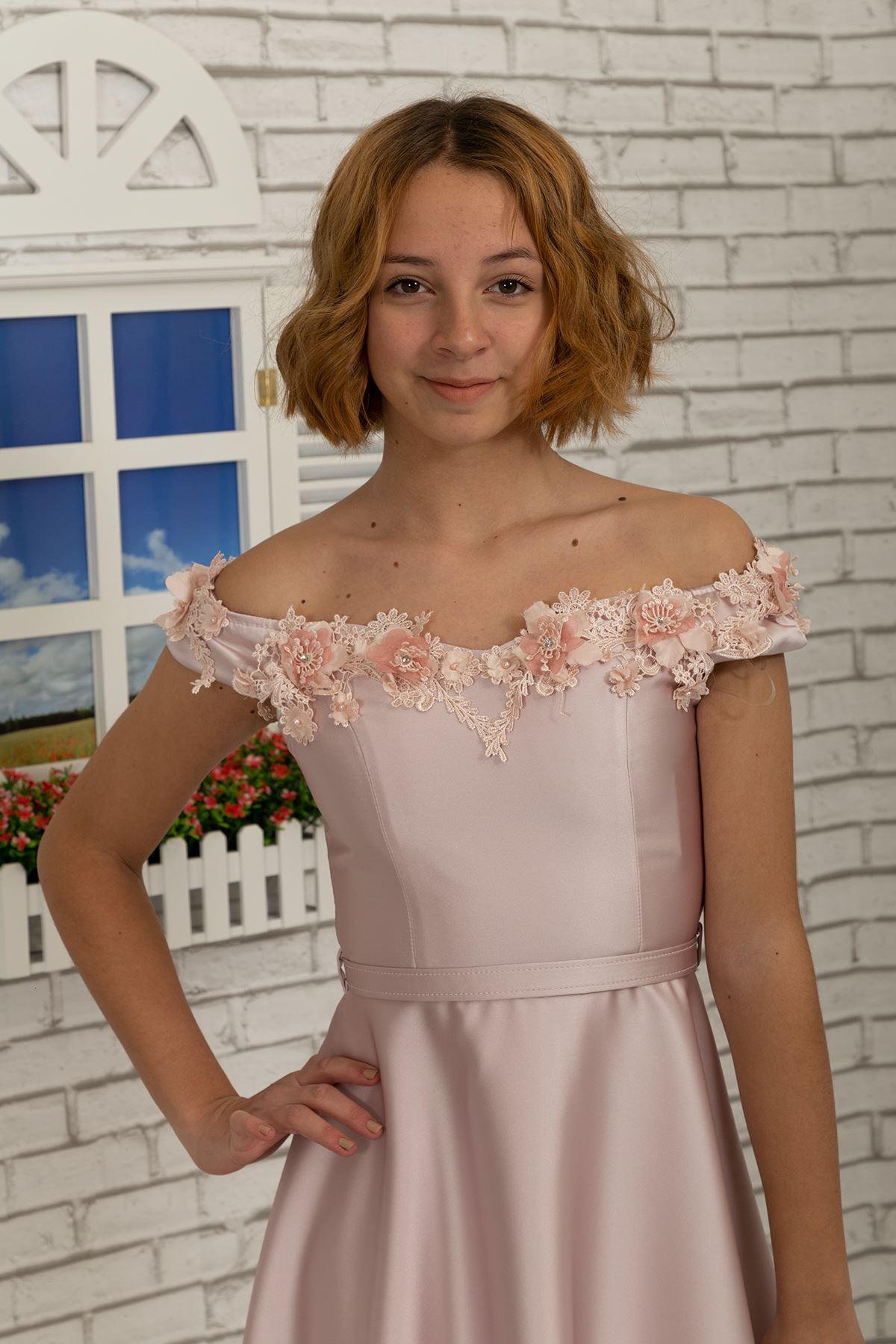 肩の女の子のドレスにドロップネックラインと3D花のサテン生地484パウダー