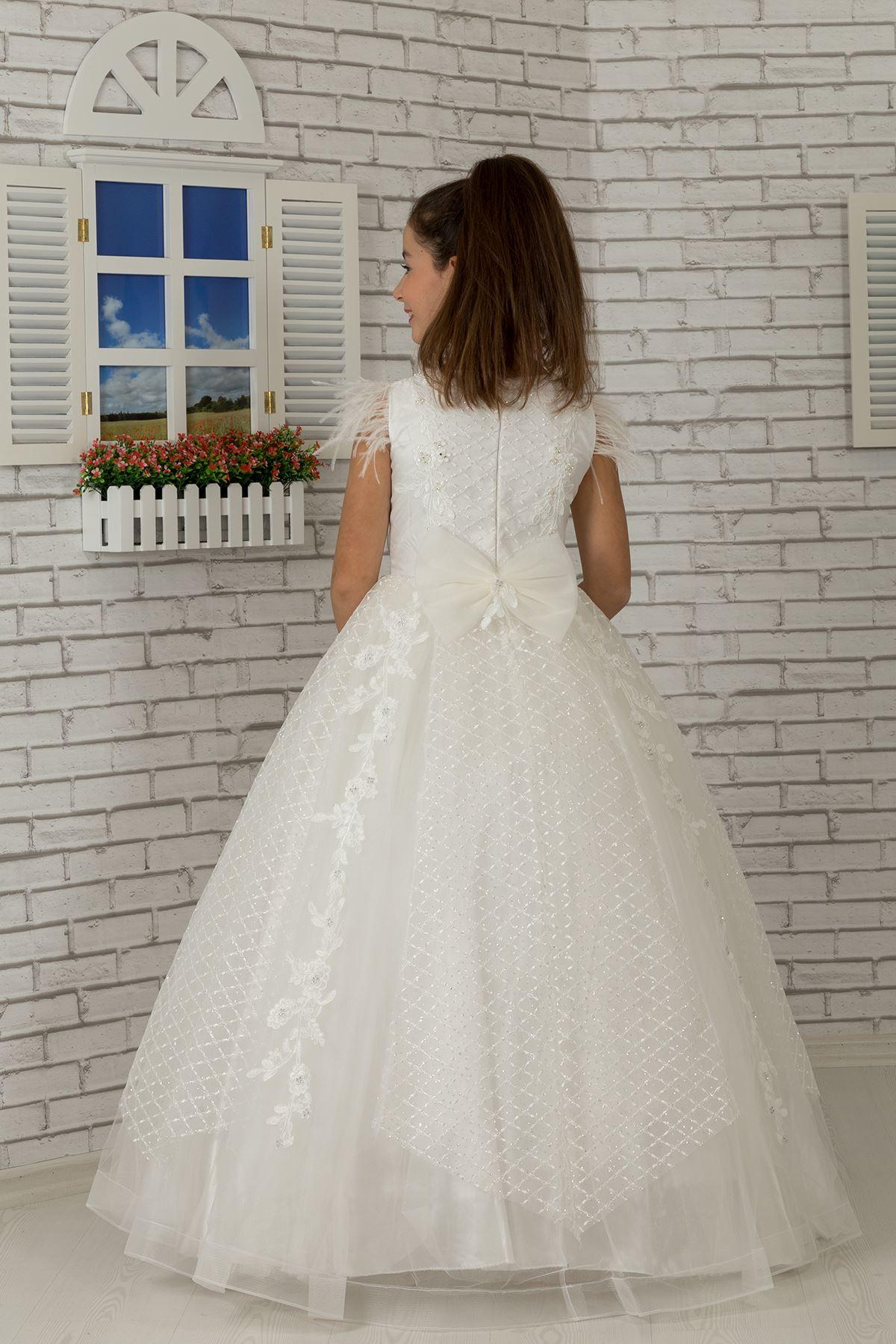 Пухкава вечерна рокля на момиче с перо на рамото, апликация и сребърен тюл 603 крем